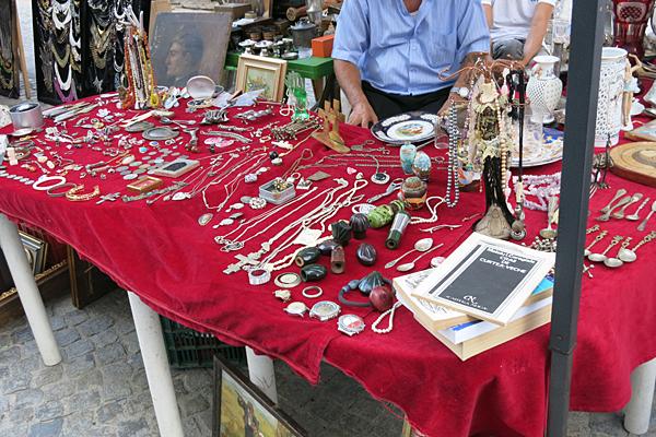 Tirg de bijuterii, carti si antichitati in Bucuresti, linga Biserica Sf. Anton